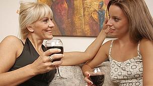 Spectacular lesbo hottie doing her way older girlfriend