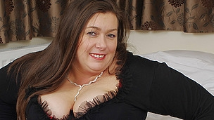 Phat British housewife can't live sans playing with herself