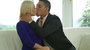 Foxy blond with amazing body Lindsey Olsen gets a passionate enjoy